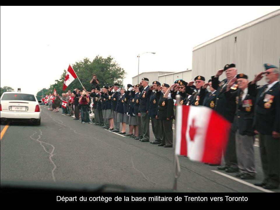 Départ du cortège de la base militaire de Trenton vers Toronto