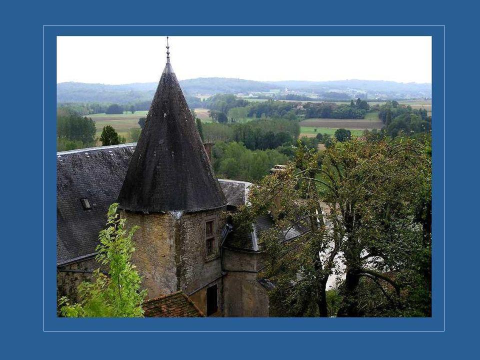 Bornée par le Limousin et la Charente, la vallée de la Dordogne possède plusieurs châteaux et de nombreuses habitations de pierre, vieilles de plusieu