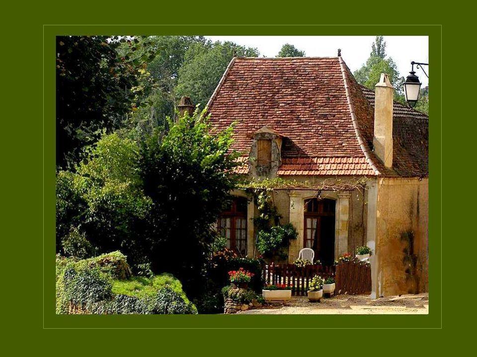 Les toits des habitations de la Dordogne sont souvent étroits et hauts afin de favoriser lécoulement des fortes pluies dhiver, abondantes dans cette r
