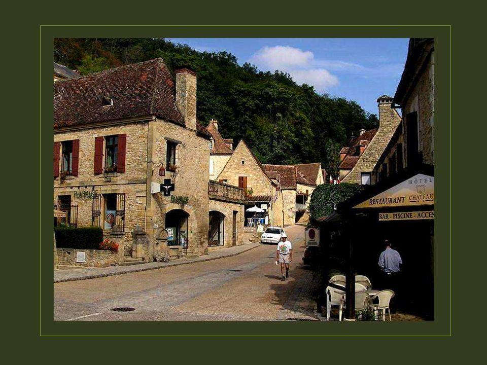Périgueux est le chef-lieu de la Dordogne. On ne trouve aucune ville importante dans tout ce vaste territoire qui ne compte, au total, que 388000 habi