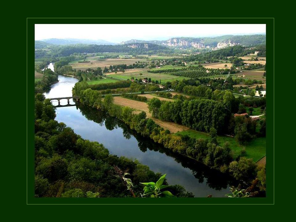 La Dordogne est la plus longue rivière de France. Elle prend sa source dans le Massif Central et coule jusquà locéan atlantique, près de Royan. Tout a