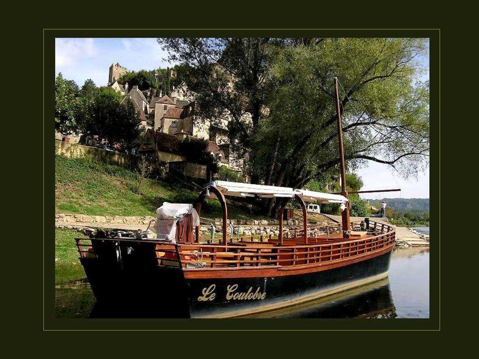 Les gabarres sont des bateaux plats, en bois de chêne, conçus spécialement pour naviguer sur la Dordogne. De nos jours encore, ils transportent les ge