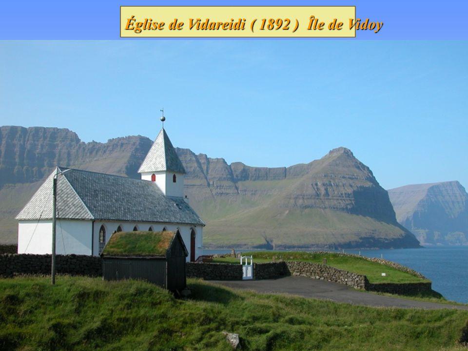 Église dHattarvik île de Fugloy. Maisons couvertes de tourbe à Kvivik, île de Streymoy Tout les arbres sur les îles ont été importé. Tout les arbres s