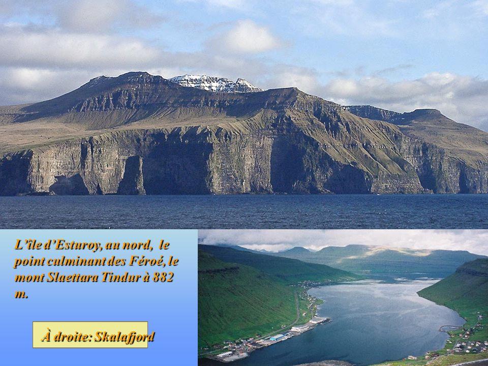 Lîle dEsturoy, au nord, le point culminant des Féroé, le mont Slaettara Tindur à 882 m.