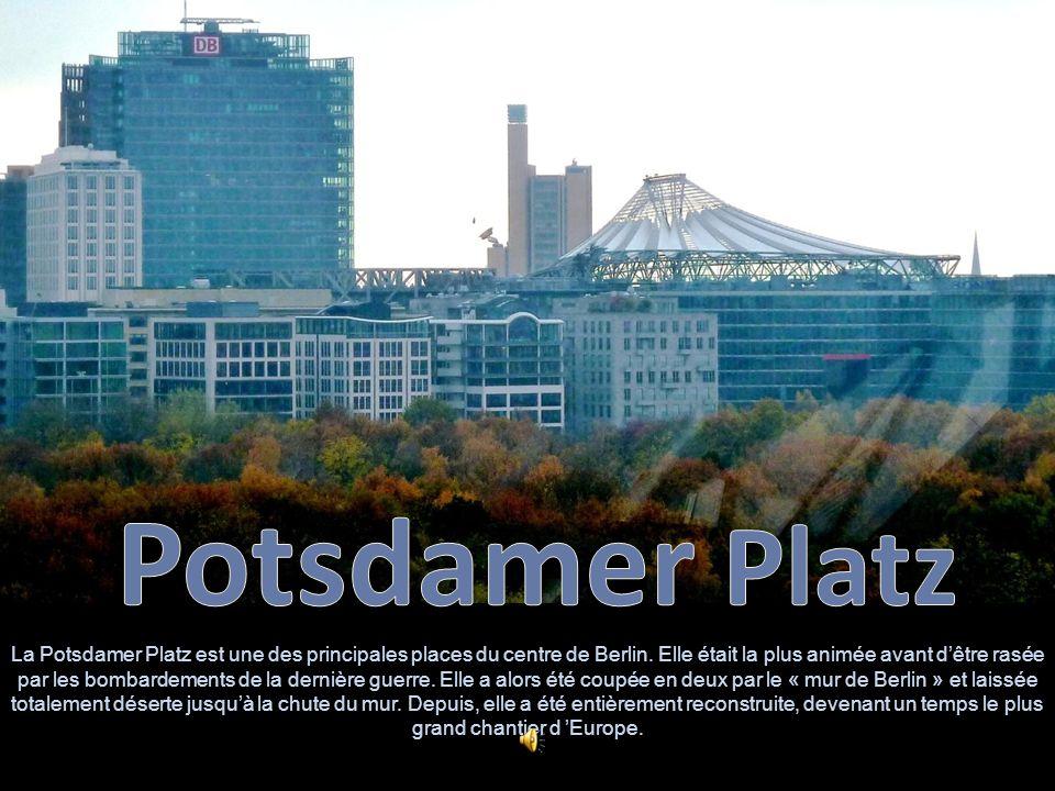 Réplique du premier feu de circulation installé en Allemagne Cest sur la Potsdamer Platz que la première gare ferroviaire de Berlin avait été construite.