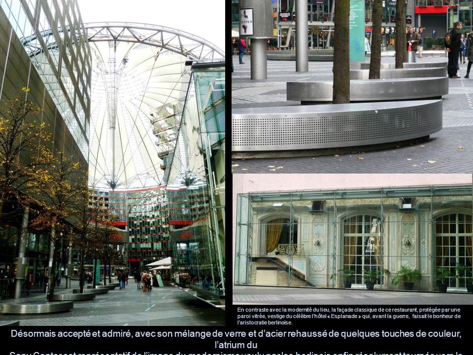 En contraste avec la modernité du lieu, la façade classique de ce restaurant, protégée par une paroi vitrée, vestige du célèbre lhôtel « Esplanade » q