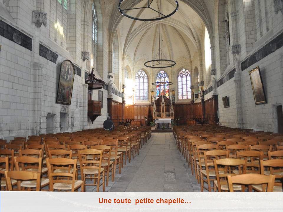 A côté du portail de la chapelle du château, très difficile à photographier car il ny avait pas de recul, le panon- ceau suivant : Eglises ouvertes et
