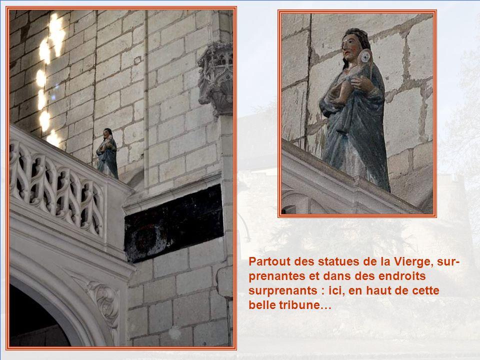 A gauche, Saint Claude, évêque de Besançon au VI° siècle, est revêtu des attributs de sa fonction : le pluvial, (manteau liturgique) la mitre, coiffur