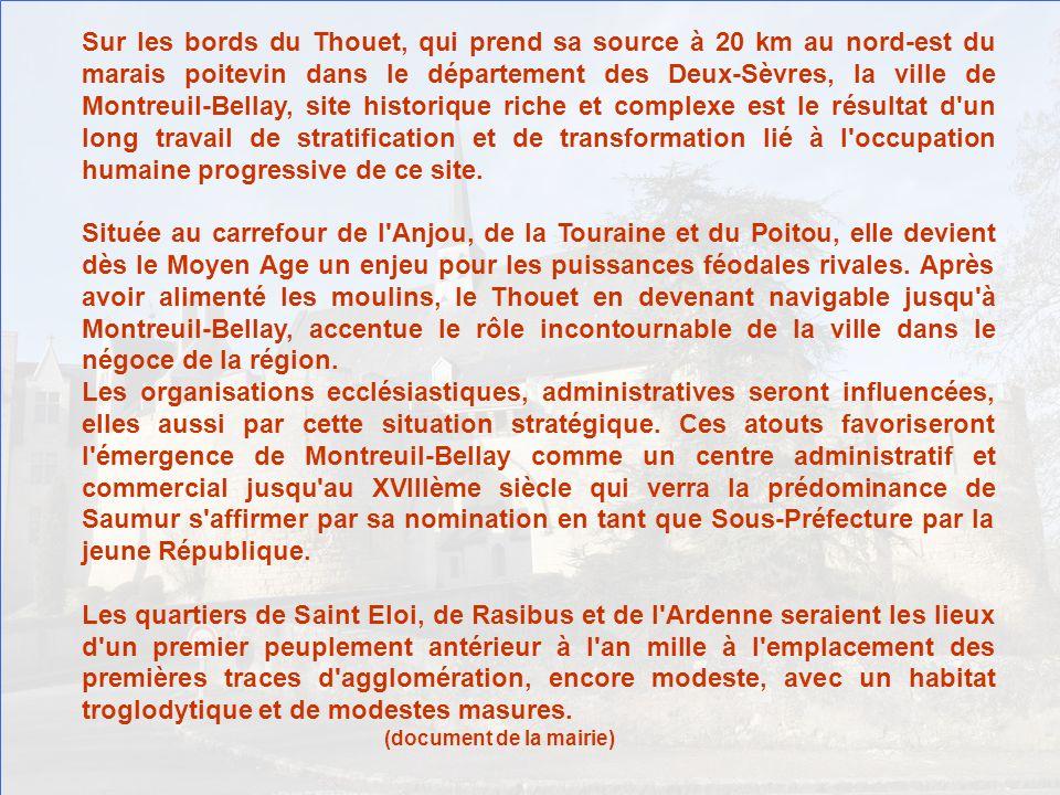 Voilà enfin, se profilant à lhorizon, Montreuil-Bellay, son château et sa chapelle.