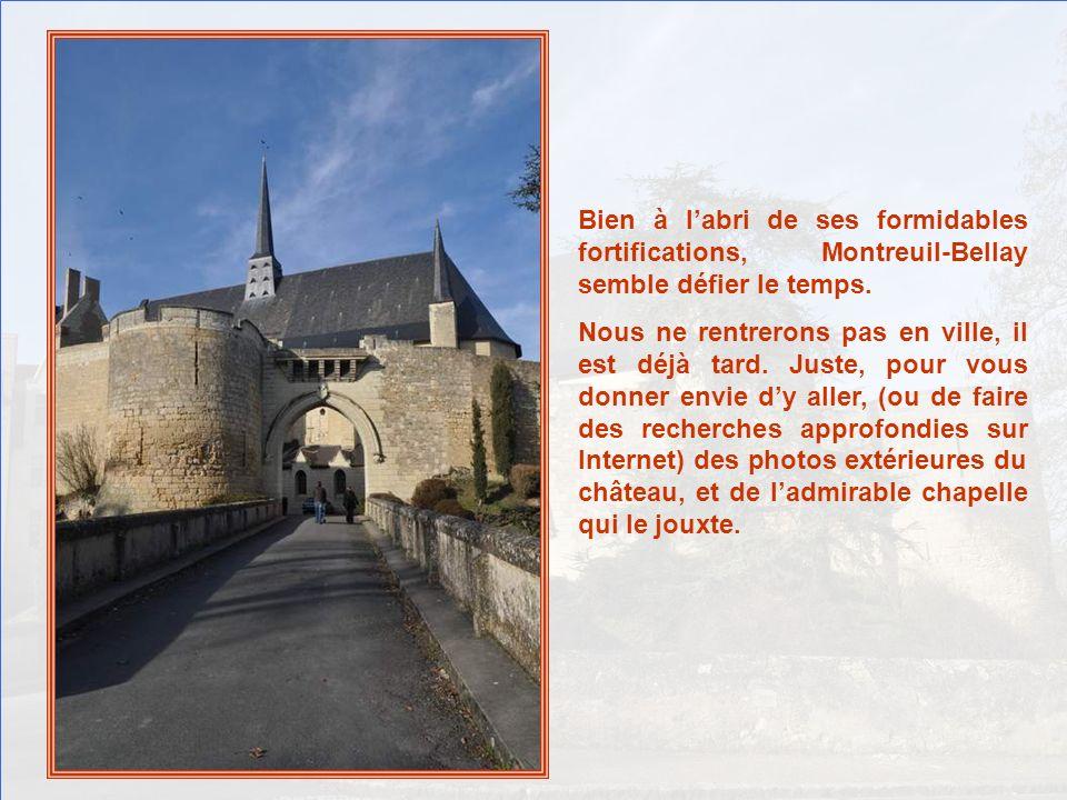 Bien à labri de ses formidables fortifications, Montreuil-Bellay semble défier le temps.