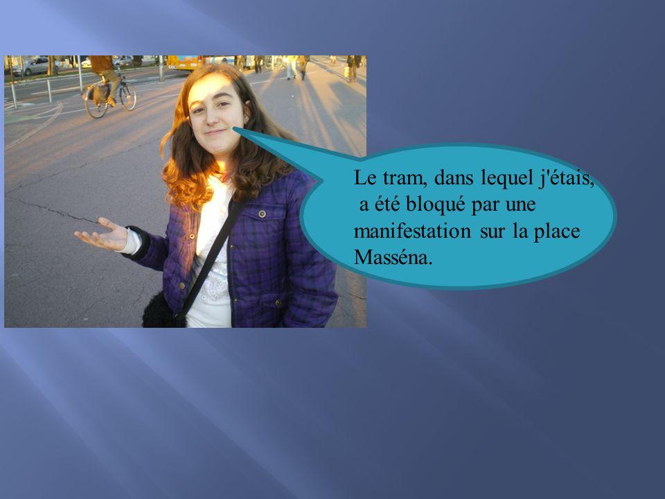 Le tram, dans lequel j étais, a été bloqué par une manifestation sur la place Masséna.