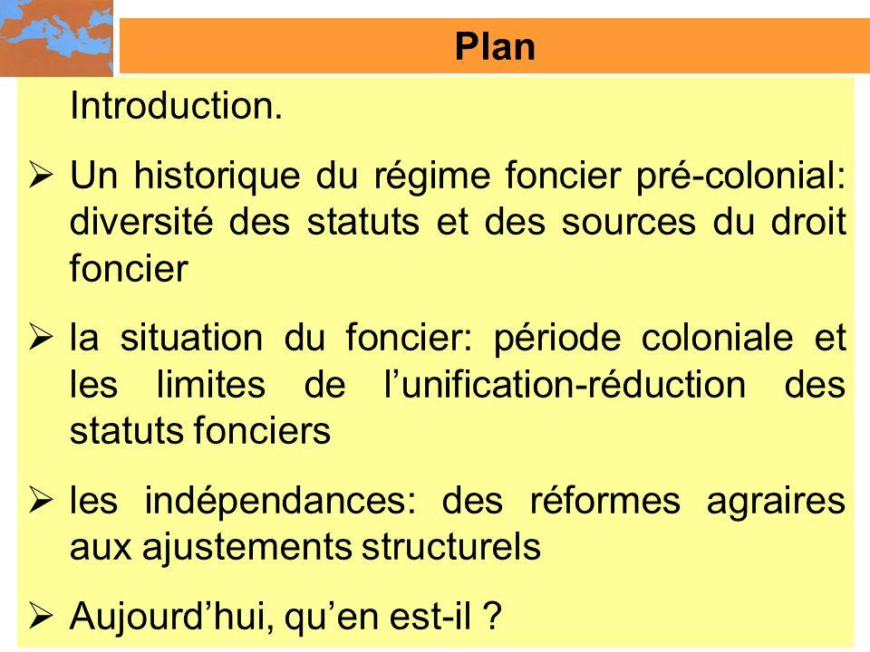 Les terres publiques au lendemain des indépendances : objet denjeux économiques En Tunisie, une décision juridique datant de 1974 légalisait également « les terres possédées sans titres dorigines diverses …et non régularisées…et le statut juridique de melk leur est accordé » (Lahmar, 2006).