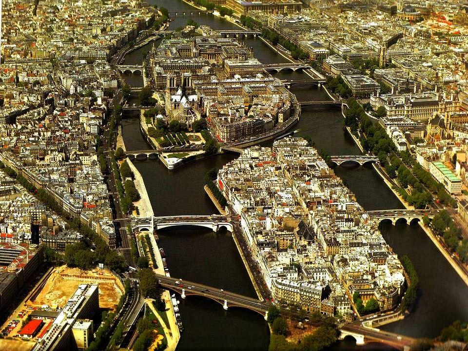 Vue générale des deux îles de la Seine. Au premier plan, lÎle de la Cité, berceau de la capitale.