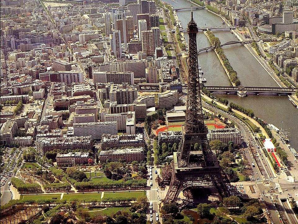 Vue générale des deux îles de la Seine.Au premier plan, lÎle de la Cité, berceau de la capitale.