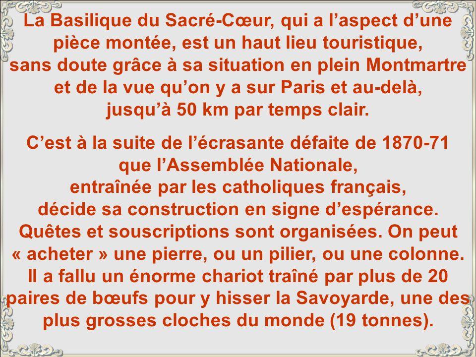 La Basilique du Sacré-Cœur, qui a laspect dune pièce montée, est un haut lieu touristique, sans doute grâce à sa situation en plein Montmartre et de la vue quon y a sur Paris et au-delà, jusquà 50 km par temps clair.
