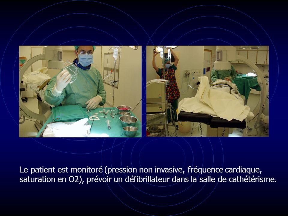 Le patient est monitoré (pression non invasive, fréquence cardiaque, saturation en O2), prévoir un défibrillateur dans la salle de cathétérisme.
