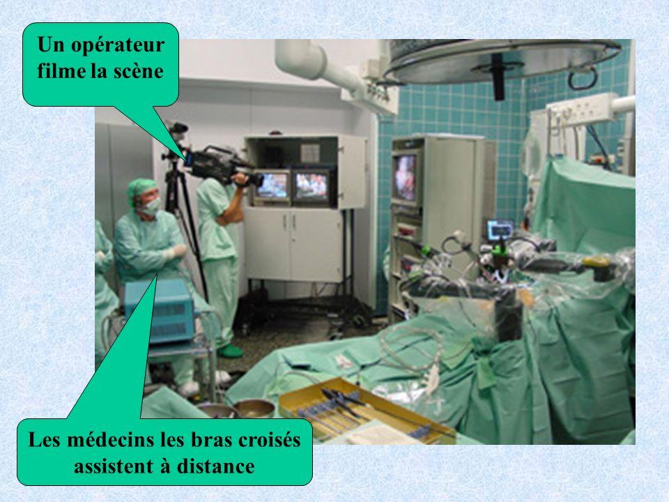 Les médecins les bras croisés assistent à distance Un opérateur filme la scène