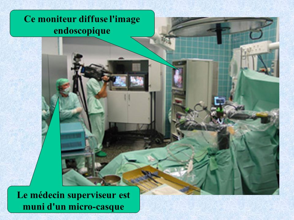 Le médecin superviseur est muni d un micro-casque Ce moniteur diffuse l image endoscopique