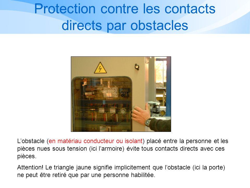 Lobstacle (en matériau conducteur ou isolant) placé entre la personne et les pièces nues sous tension (ici larmoire) évite tous contacts directs avec ces pièces.