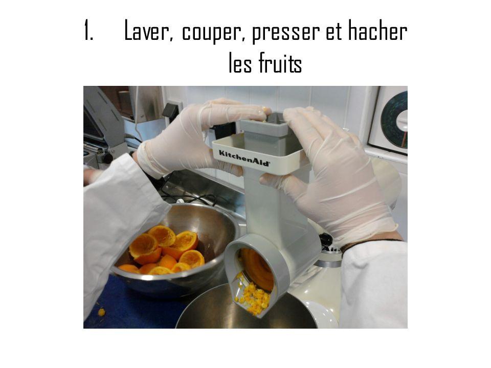 1.Laver, couper, presser et hacher les fruits