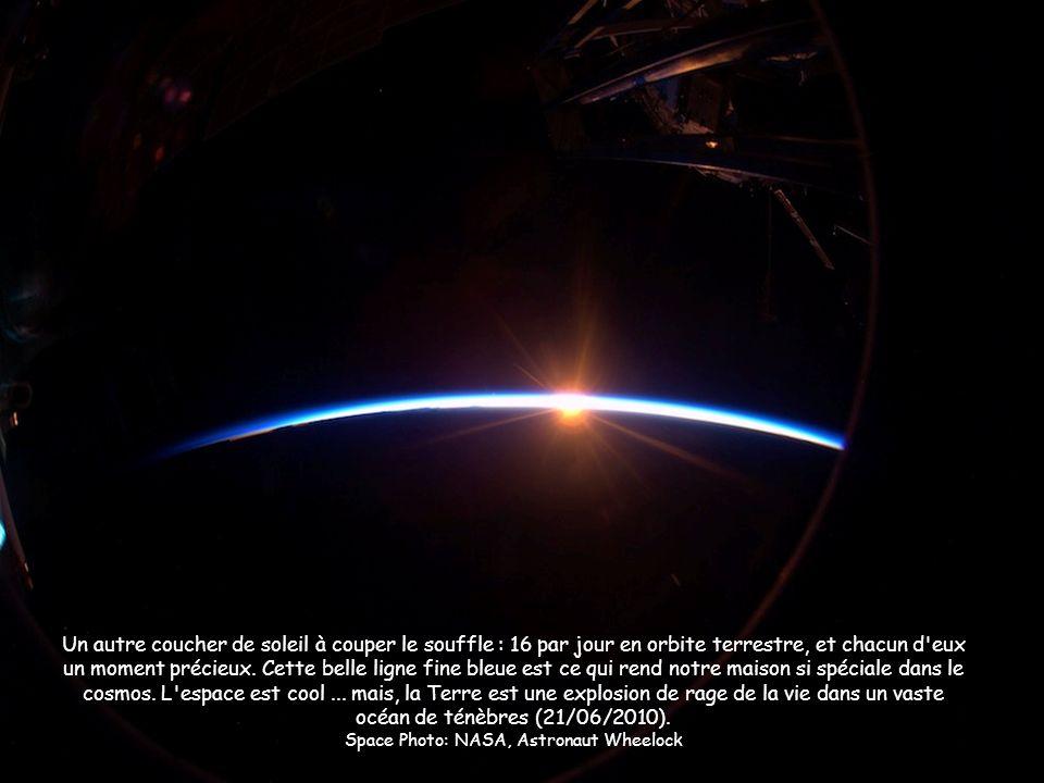 Un autre coucher de soleil à couper le souffle : 16 par jour en orbite terrestre, et chacun d'eux un moment précieux. Cette belle ligne fine bleue est
