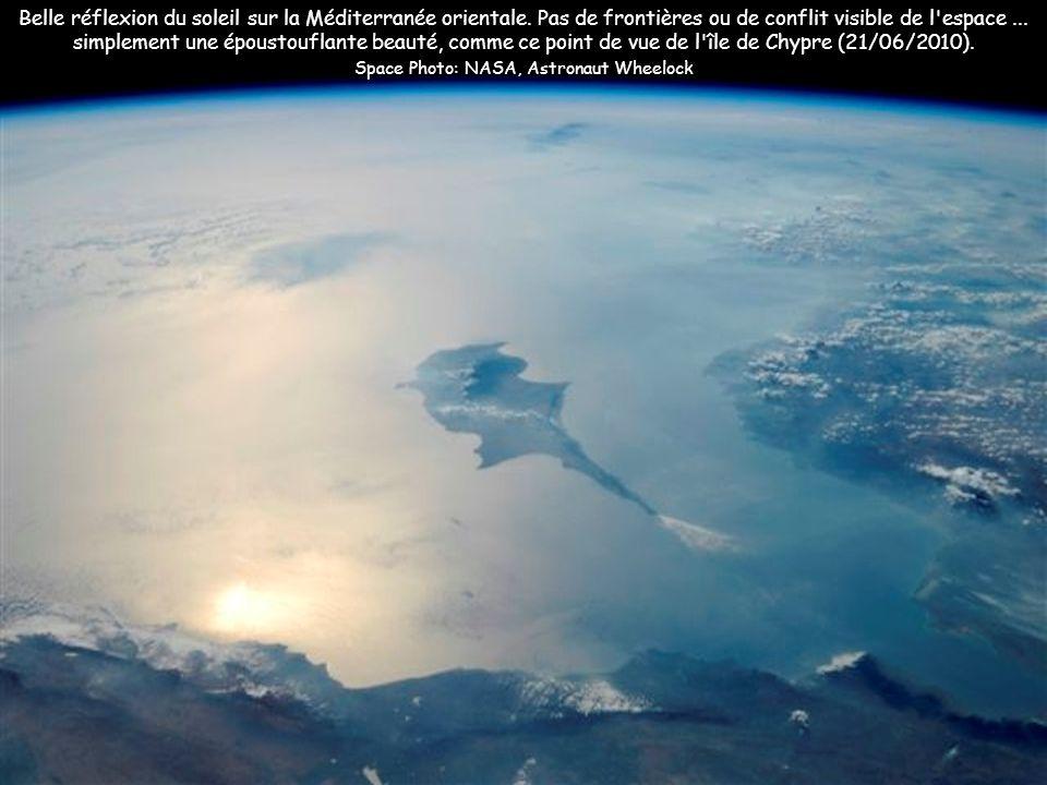 Belle réflexion du soleil sur la Méditerranée orientale. Pas de frontières ou de conflit visible de l'espace... simplement une époustouflante beauté,