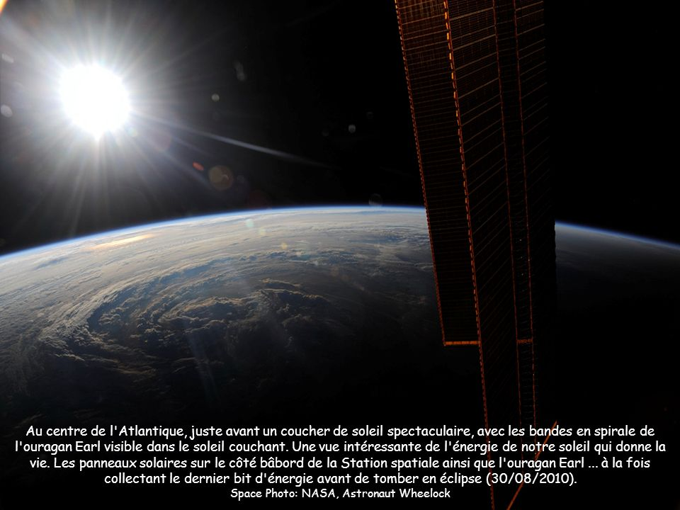Au centre de l'Atlantique, juste avant un coucher de soleil spectaculaire, avec les bandes en spirale de l'ouragan Earl visible dans le soleil couchan