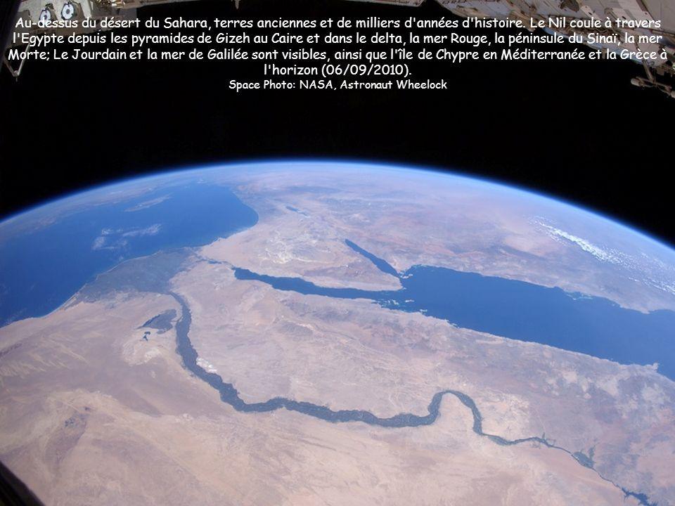 Au-dessus du désert du Sahara, terres anciennes et de milliers d'années d'histoire. Le Nil coule à travers l'Egypte depuis les pyramides de Gizeh au C