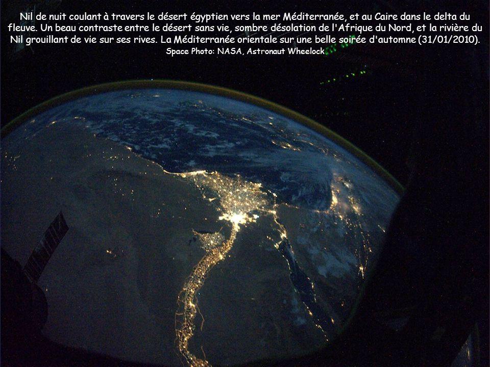 Nil de nuit coulant à travers le désert égyptien vers la mer Méditerranée, et au Caire dans le delta du fleuve. Un beau contraste entre le désert sans