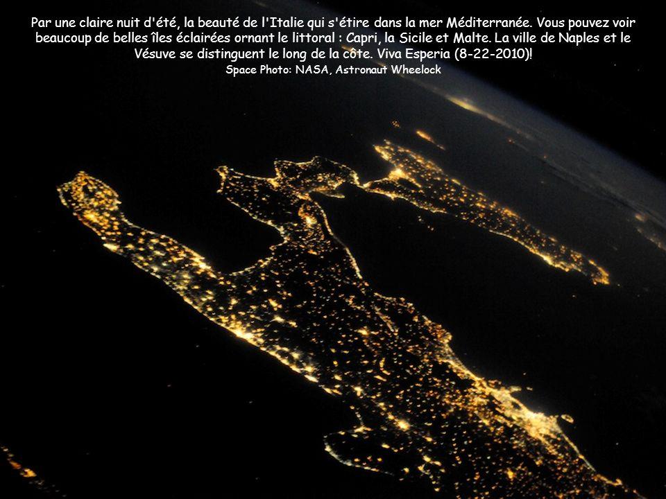Par une claire nuit d'été, la beauté de l'Italie qui s'étire dans la mer Méditerranée. Vous pouvez voir beaucoup de belles îles éclairées ornant le li