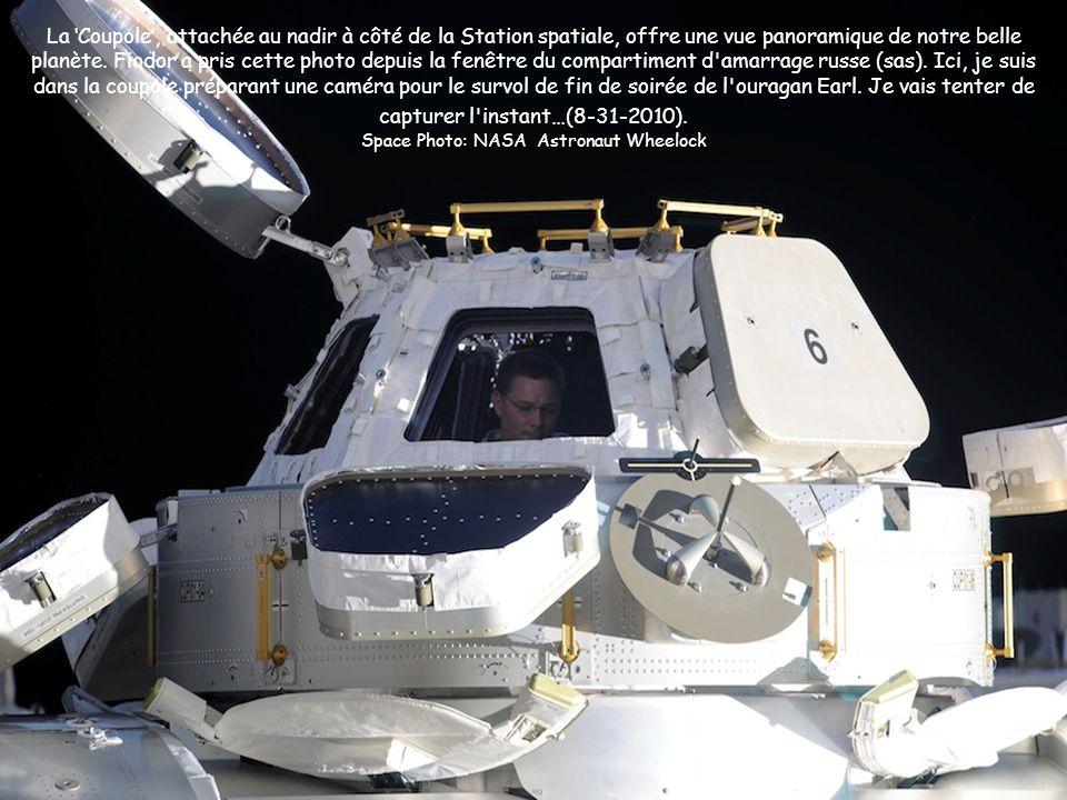 La Coupole, attachée au nadir à côté de la Station spatiale, offre une vue panoramique de notre belle planète. Fiodor a pris cette photo depuis la fen