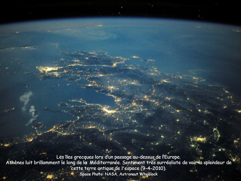 Les îles grecques lors dun passage au-dessus de lEurope. Athènes luit brillamment le long de la Méditerranée. Sentiment très surréaliste de voir la sp