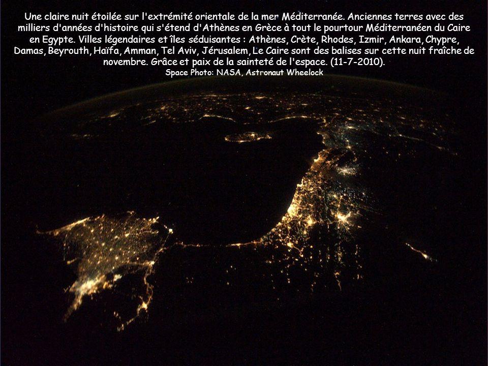 Une claire nuit étoilée sur l'extrémité orientale de la mer Méditerranée. Anciennes terres avec des milliers d'années d'histoire qui s'étend d'Athènes