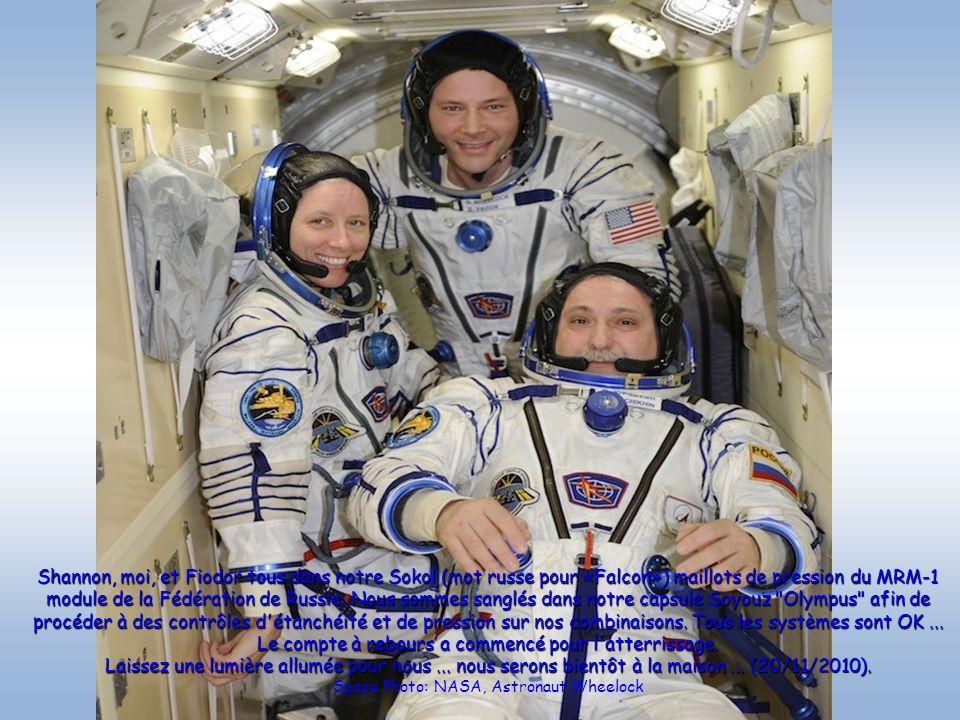Shannon, moi, et Fiodor tous dans notre Sokol (mot russe pour «Falcon») maillots de pression du MRM-1 module de la Fédération de Russie. Nous sommes s