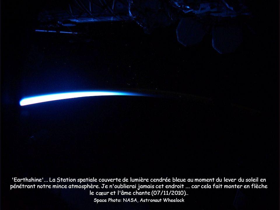 'Earthshine'... La Station spatiale couverte de lumière cendrée bleue au moment du lever du soleil en pénétrant notre mince atmosphère. Je n'oublierai