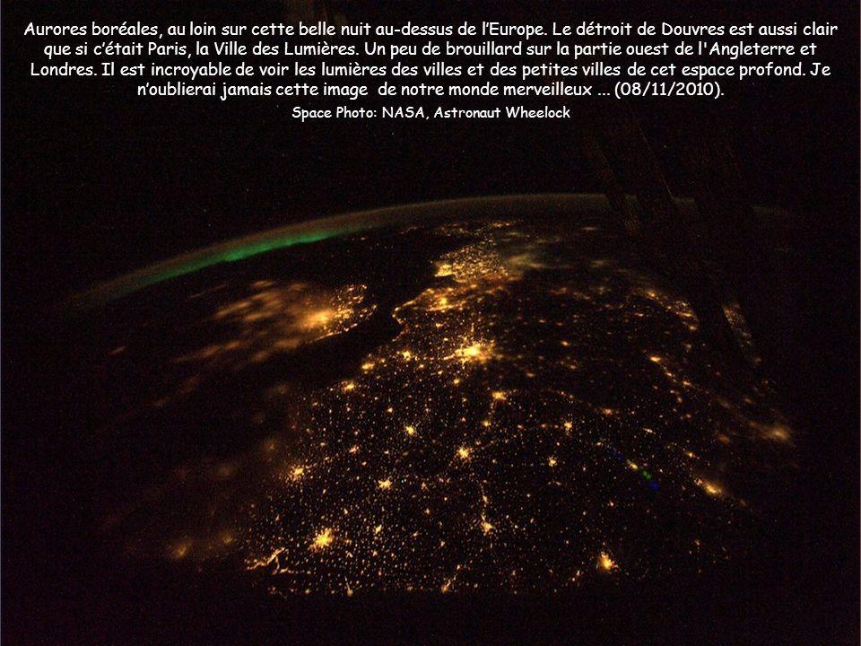 Aurores boréales, au loin sur cette belle nuit au-dessus de lEurope. Le détroit de Douvres est aussi clair que si cétait Paris, la Ville des Lumières.