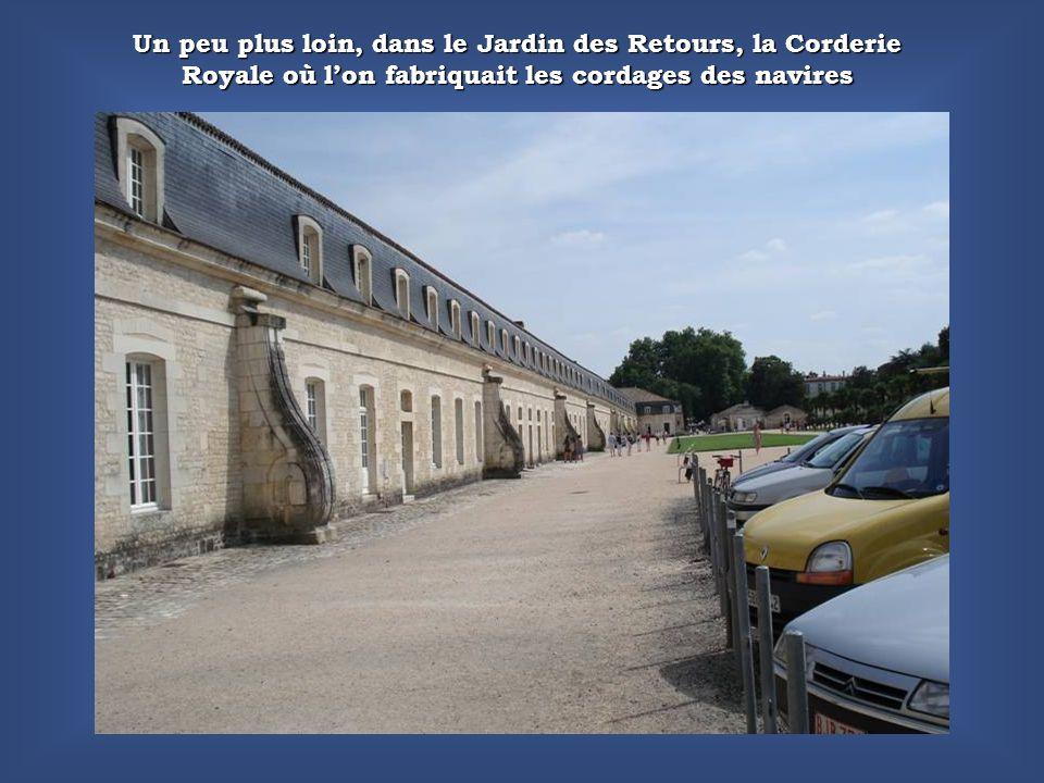 Un peu plus loin, dans le Jardin des Retours, la Corderie Royale où lon fabriquait les cordages des navires