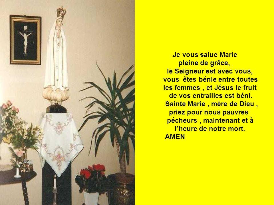 Je vous salue Marie pleine de grâce, le Seigneur est avec vous, vous êtes bénie entre toutes les femmes, et Jésus le fruit de vos entrailles est béni.