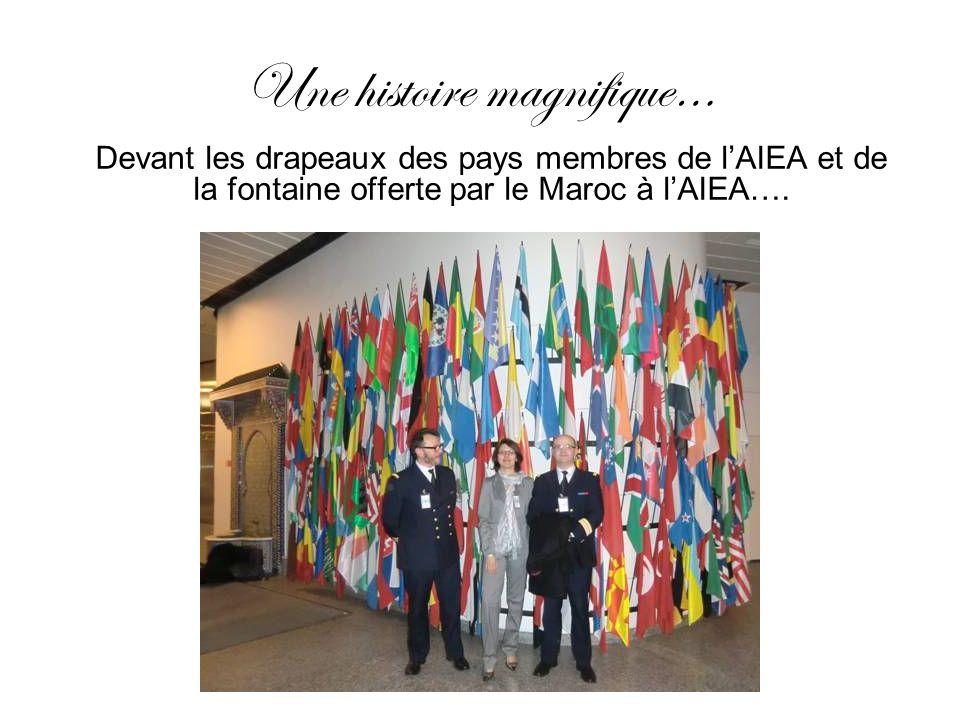 Une histoire magnifique… Devant les drapeaux des pays membres de lAIEA et de la fontaine offerte par le Maroc à lAIEA….