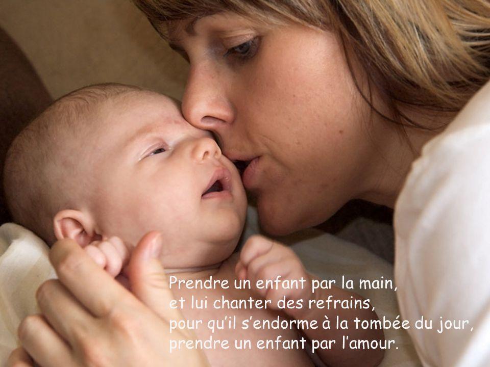Prendre un enfant dans ses bras mais pour la première fois, verser des larmes en étouffant sa joie, Prendre un enfant contre soi.