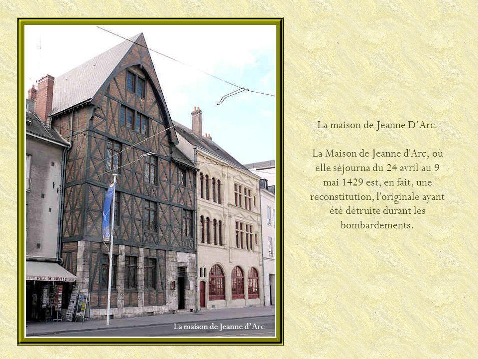 Le Campo Santo fut longtemps le principal cimetière d'Orléans. Créé au XIIe siècle, clos d'arcades à partir des XVe et XVIe siècles, il fut en effet d