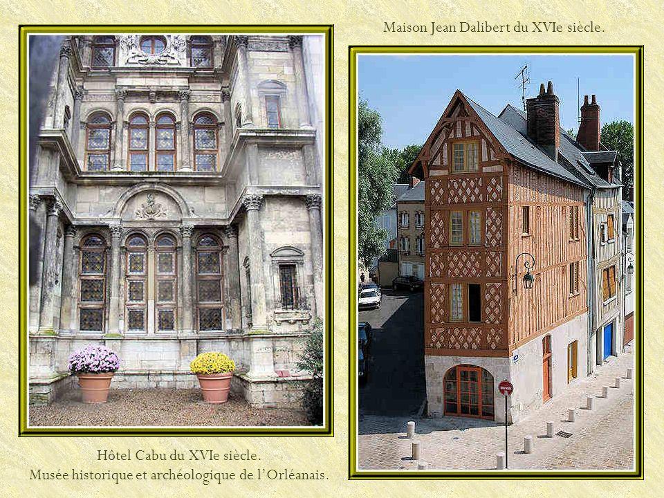 La maison de Jeanne DArc. La Maison de Jeanne d'Arc, où elle séjourna du 24 avril au 9 mai 1429 est, en fait, une reconstitution, l'originale ayant ét