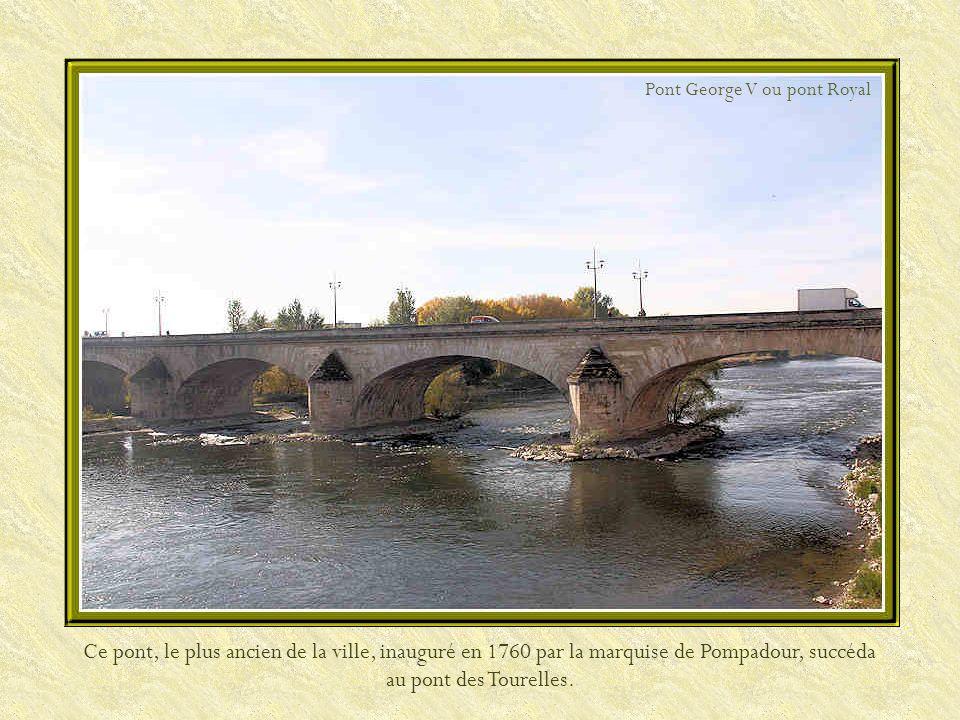Orléans est une ville située à 133 km au sud-est de Paris. Elle est traversée par la Loire que lon franchit par cinq ponts disséminés sur le fleuve. C
