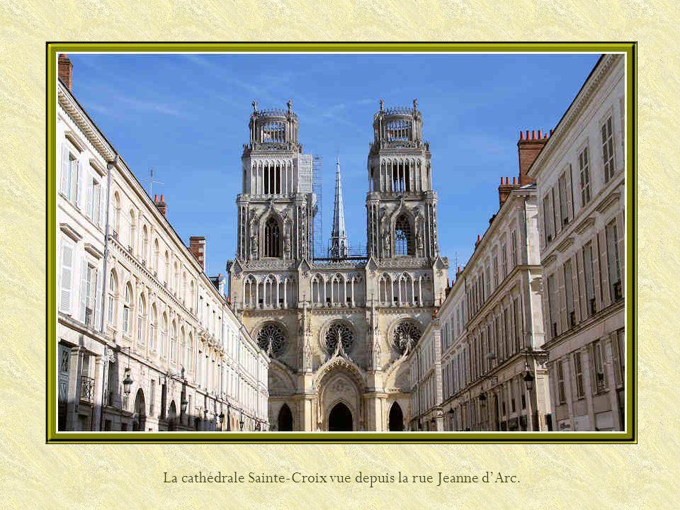 La cathédrale Sainte Croix est bâtie à la place dune église romane qui sécroula à la fin du XIIIe siècle. Ne reste de cette époque que peu de vestiges