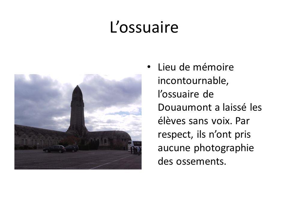Lossuaire Lieu de mémoire incontournable, lossuaire de Douaumont a laissé les élèves sans voix. Par respect, ils nont pris aucune photographie des oss