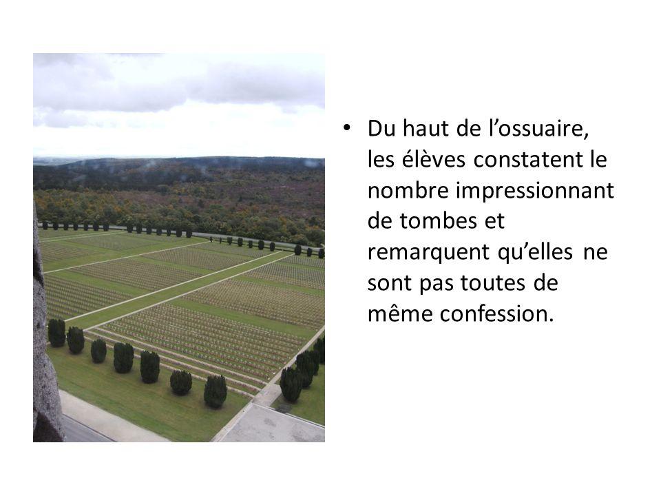 Du haut de lossuaire, les élèves constatent le nombre impressionnant de tombes et remarquent quelles ne sont pas toutes de même confession.