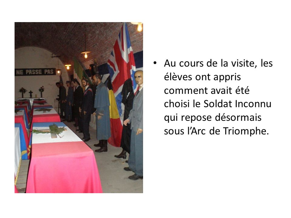Au cours de la visite, les élèves ont appris comment avait été choisi le Soldat Inconnu qui repose désormais sous lArc de Triomphe.
