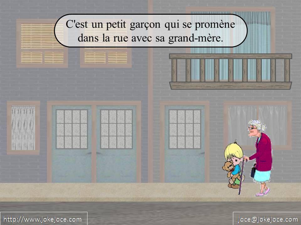 C'est un petit garçon qui se promène dans la rue avec sa grand-mère.
