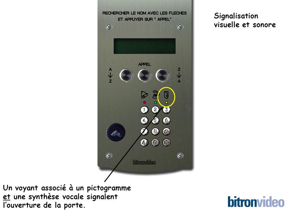 Un voyant associé à un pictogramme et une synthèse vocale signalent louverture de la porte. Signalisation visuelle et sonore