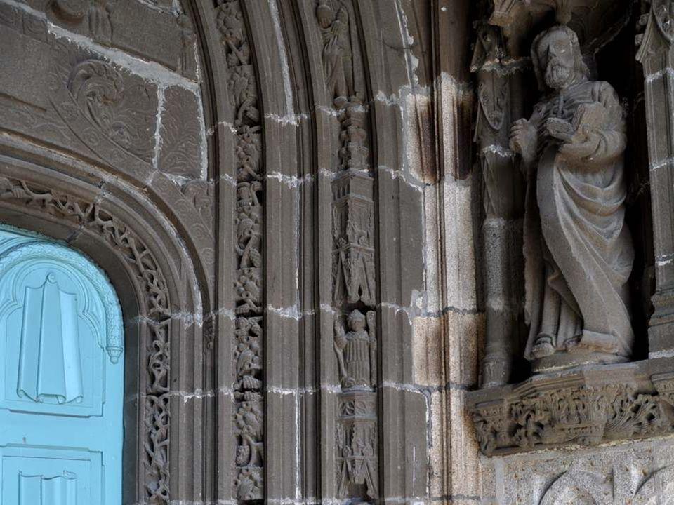 Regardez ! Les personnages sculptés montent même à l'assaut du clocheton dominant le porche… Ici, les dentelles sont ciselées dans la pierre, le dur g